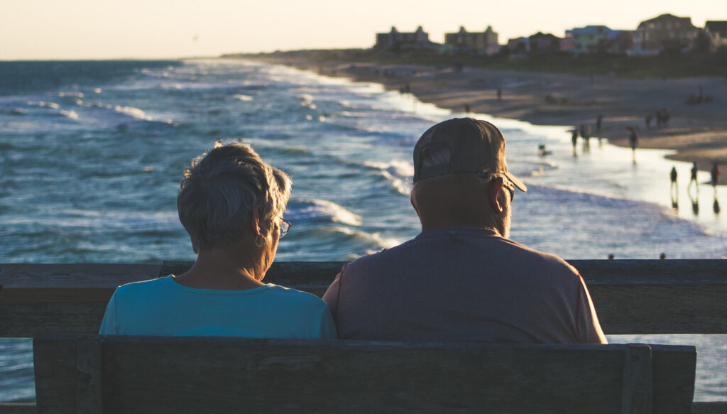 Seniorenpaar am Meer Strand